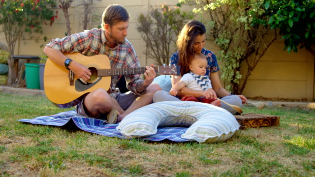 Family-having-fun-in-the-park-4k