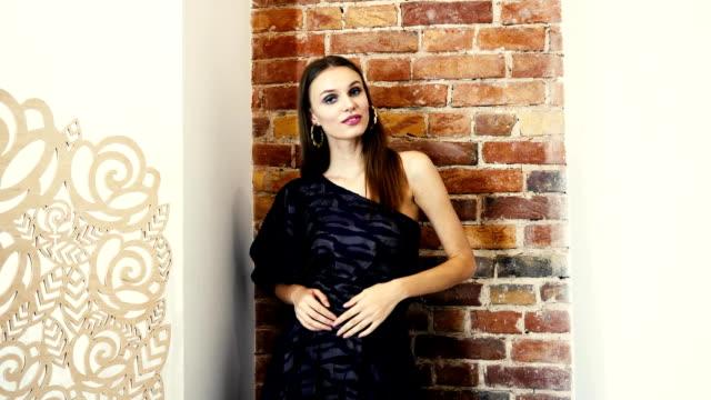 Porträt-des-jungen-sexuelle-Frau-posieren-im-Studio-im-Abendkleid-auf-der-Schulter-auf-Hintergrund-der-Wand