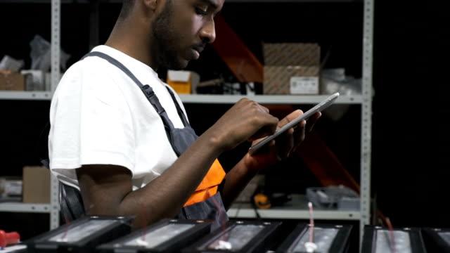 Ingeniero-con-tableta-en-el-lugar-de-trabajo