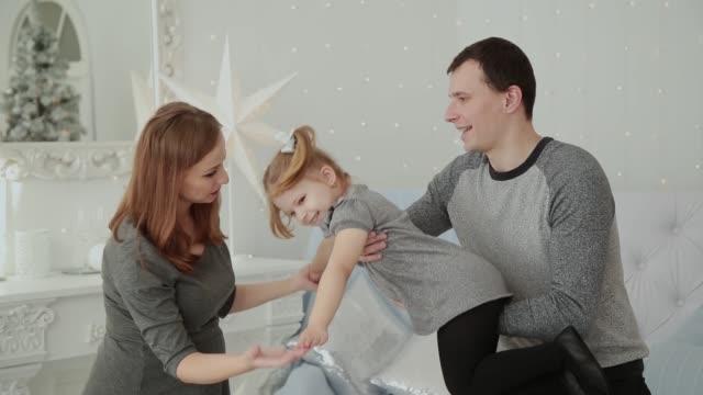 Sehr-glückliche-Familie-lacht-und-spielt-in-der-Weihnachts-Zimmer