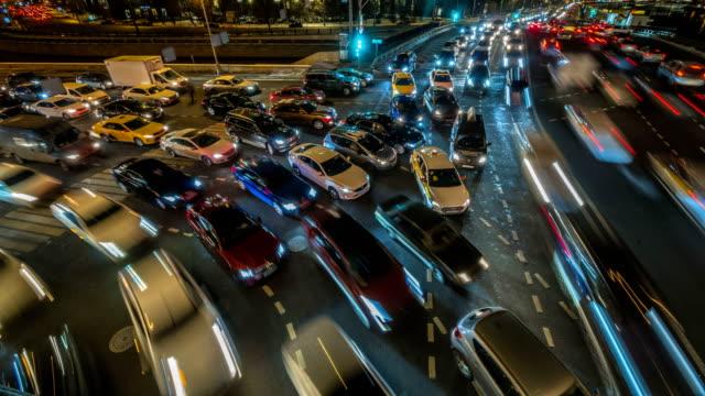 atasco-de-tráfico-de-la-noche-en-el-lapso-de-tiempo-de-cruce