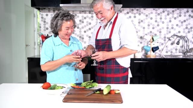 Senior-couple-preparing-food-in-kitchen-