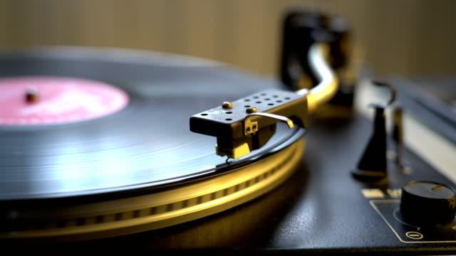 antigua-grabadora-de-cinta-de-vinilo-estilo-jugando-girando-la-placa-con-la-aguja-de-la-aguja