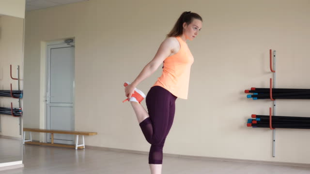 Junge-Frau-dehnen-sich-und-bereiten-sich-auf-Training