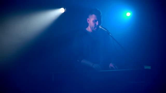 El-músico-toca-el-sintetizador