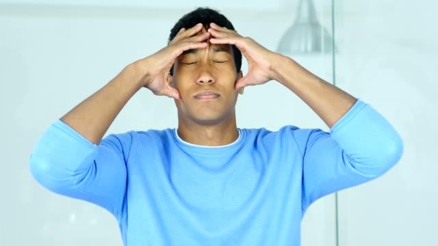 Kopfschmerzen-verärgert-angespannten-afroamerikanischen-Jüngling-hielt-seinen-Kopf