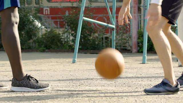 Energetische-Kerl-Umgang-mit-Ball,-Widerstand-gegen-Gegner-im-Spiel,-streetball