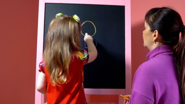 Mutter-lehrt-Tochter-Kreide-zu-zeichnen-