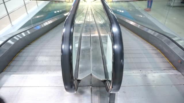 El-movimiento-de-la-escalera-en-el-centro-comercial
