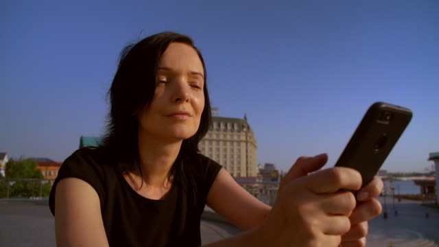 primer-plano-de-una-mujer-utilizando-su-teléfono-móvil