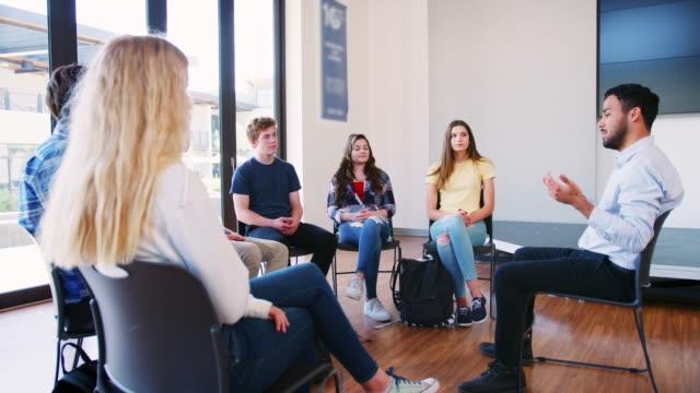Hombre-Tutor-líder-grupo-de-discusión-entre-alumnos-de-secundaria