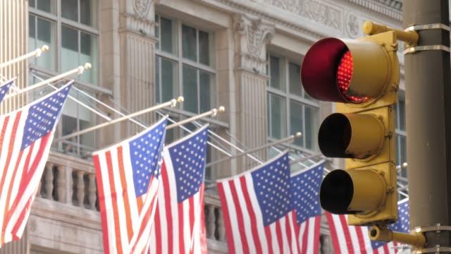 Emblemático-edificio-de-la-ciudad-de-Nueva-York-con-bandera-americana-en-cámara-lenta