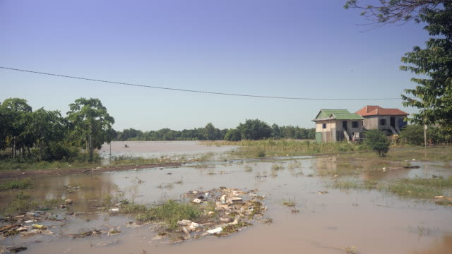 Überfluteten-Gebiet-und-Landhäuser-in-einer-Landschaft-