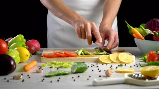 Chef-es-vegetales-de-corte-en-la-cocina-cortar-el-pimiento-verde