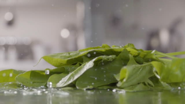 Falling-of-spinach-into-the-water-Slow-motion-480-fps