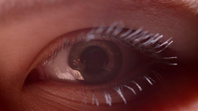 Brote-de-animación-digital-de-ojo-verdoso-con-rímel-blanco-con-el-reflejo-de-que-la-persona-extiende-sus-manos-
