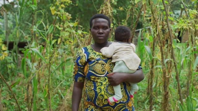 Mujer-africana-sosteniendo-un-bebé