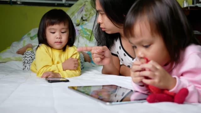 Asiatische-Mutter-schimpfte-ihre-Kinder-die-das-Telefon-zu-lange-beobachtet-das-Kind-ist-süchtig-nach-dem-Telefon-
