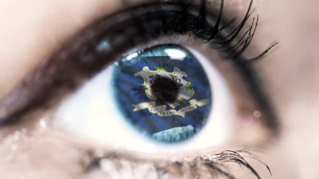 Mujer-ojo-azul-en-primer-plano-con-la-bandera-del-estado-de-Connecticut-en-iris-estados-unidos-de-América-con-movimiento-de-viento-concepto-de-vídeo