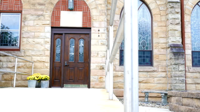 Cacerolas-de-la-cámara-a-través-de-la-entrada-de-una-iglesia-o-una-capilla-exterior-en-verano