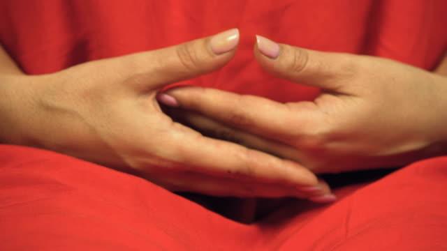 Mujeres-budistas-en-colorido-traje-rojo-se-prepara-para-la-meditación-las-manos-cruzadas