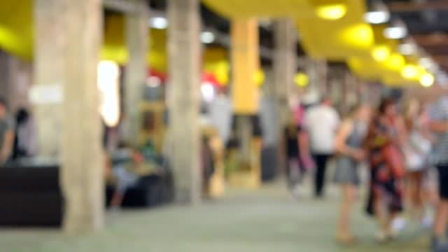 Fondo-borroso-blanco-interior-comercial-Centro-comercial