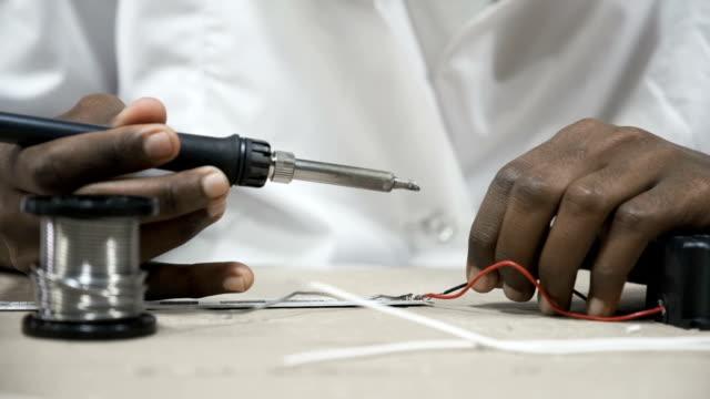 Manos-para-soldar-cables-a-trabajar
