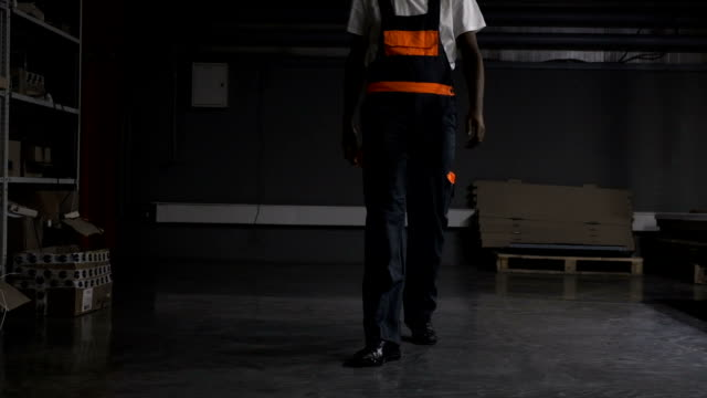 Trabajador-caminando-por-el-almacén