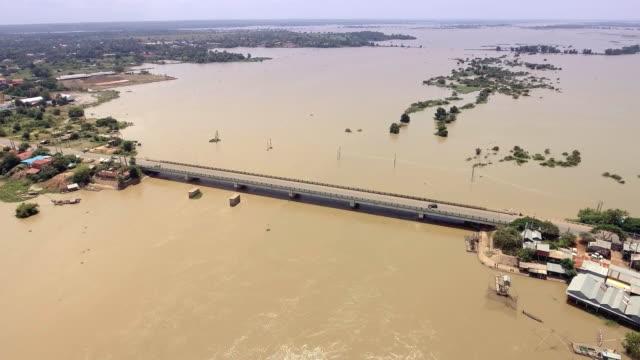 Drohne:-fliegen-über-eine-Betonbrücke-quer-über-den-Fluss-im-ländlichen-Raum