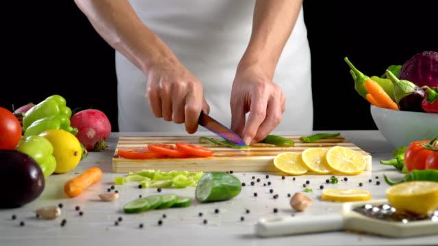 Chef-es-vegetales-de-corte-en-la-cocina-cortar-el-pimiento-verde-dulce