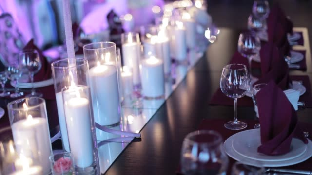 Decorative-table-setting-pan-with-candle-lights-at-a-wedding-reception-