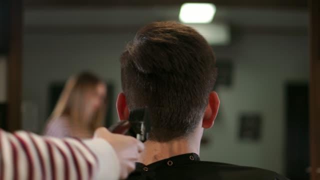 Hombre-que-tiene-un-corte-de-pelo-con-un-cortapelos