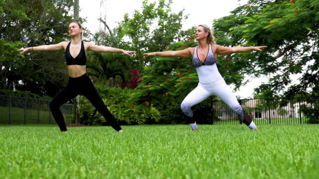 Mutter-und-Tochter-beim-Yoga