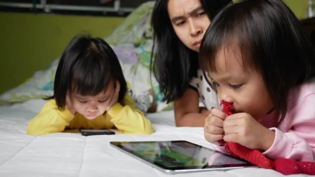 Madre-asiática-regañó-a-sus-hijos-que-vieron-el-teléfono-durante-demasiado-tiempo-el-niño-es-adicto-al-teléfono-