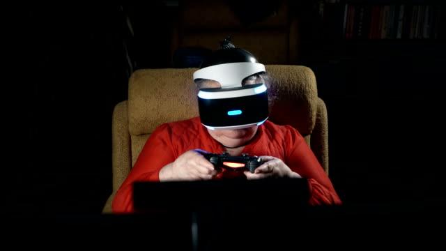 Anciana-en-auricular-VR-juego-de-realidad-virtual-delante-de-pantalla