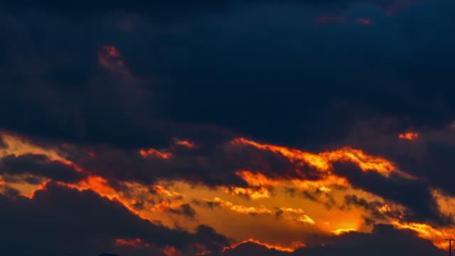 Hermosa-puesta-de-sol-en-pesadas-nubes-brilla-el-sol