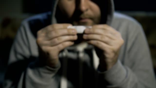 Retrato-masculino-cerca-balanceo-marihuana-común