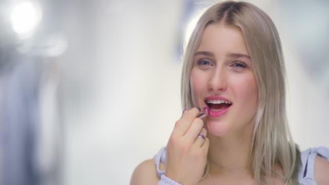 Retrato-de-hermosa-mujer-joven-poner-brillo-de-labios-de-la-glamorosa-foto-Set-de-cierre
