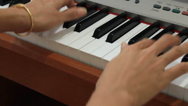 la-muchacha-tocando-el-piano
