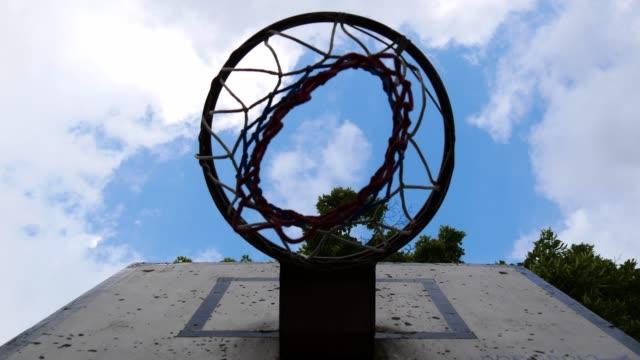 Basketball-Korb-mit-Netz-auf-dem-Kinderspielplatz-im-freien