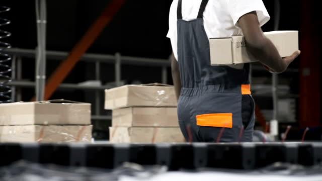 Empleado-atención-cajas-en-el-trabajo