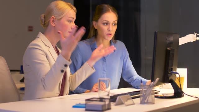 empresarias-con-un-equipo-de-trabajo-tarde-en-la-oficina