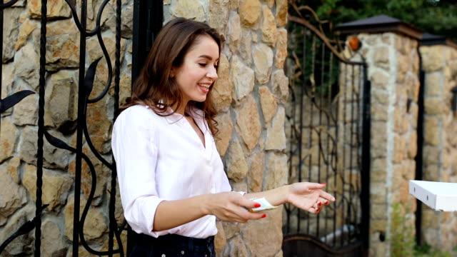 Entrega-de-alimentos-Mensajero-que-mujer-caja-pizza-al-aire-libre