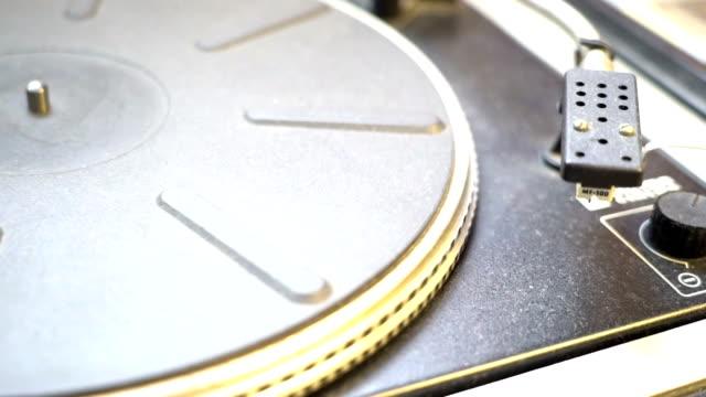 leere-alte-Vinyl-Player-drehen-Mode-im-Retro-Stil