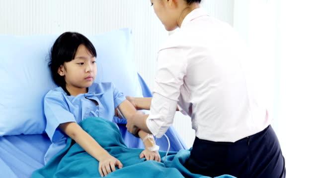 Niña-fue-cuidado-por-su-madre-en-el-hospital-Personas-con-concepto-sanitario-y-médico-