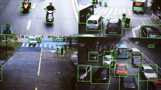 CCTV-Kamera-Echtzeit-Verfolgung-von-Fahrzeugen-und-Menschen-auf-der-Straße-Authentisches-pixeliges-Bild-von-einem-realen-Monitor-