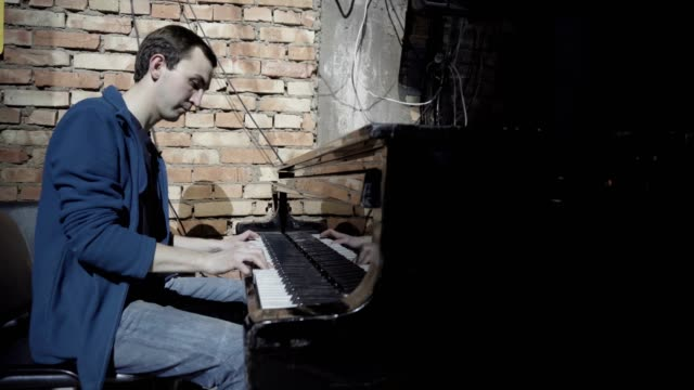 Guapo-hombre-tocando-el-piano