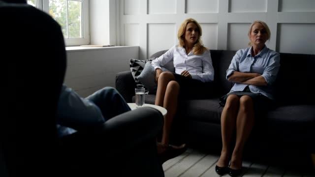 Descontentaron-a-mujeres-discutiendo-delante-de-psicólogo
