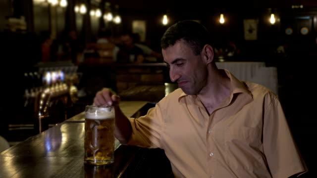 Miserable-hombre-deprimido-con-una-sola-cerveza-en-el-bar-en-un-bar