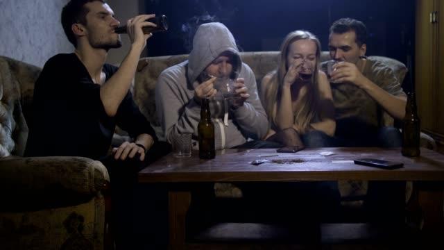 Personas-abusar-de-alcohol-y-fumar-marihuana